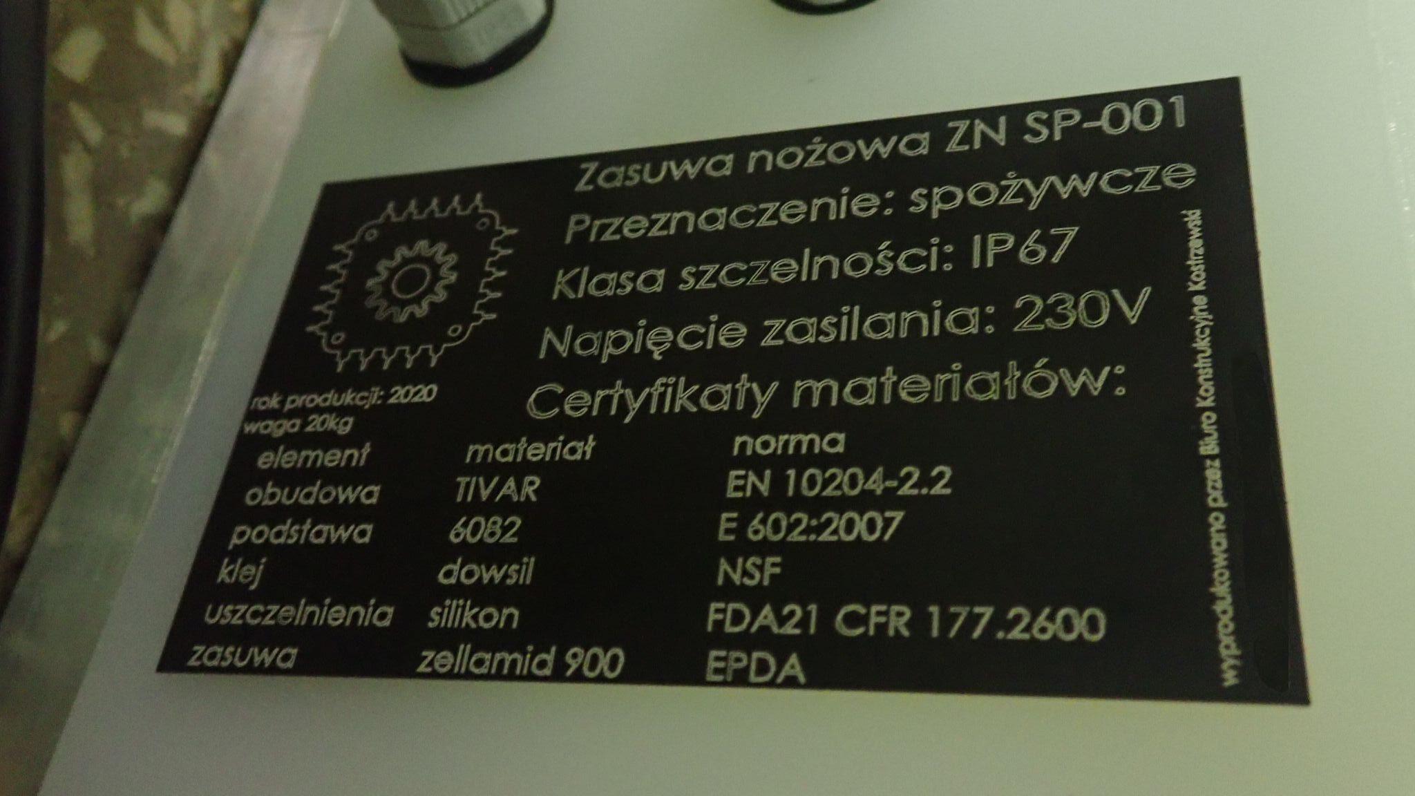 tabliczka znamionowa na maszynie